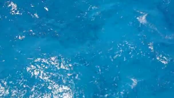 hraje ve vlnách Rudého moře