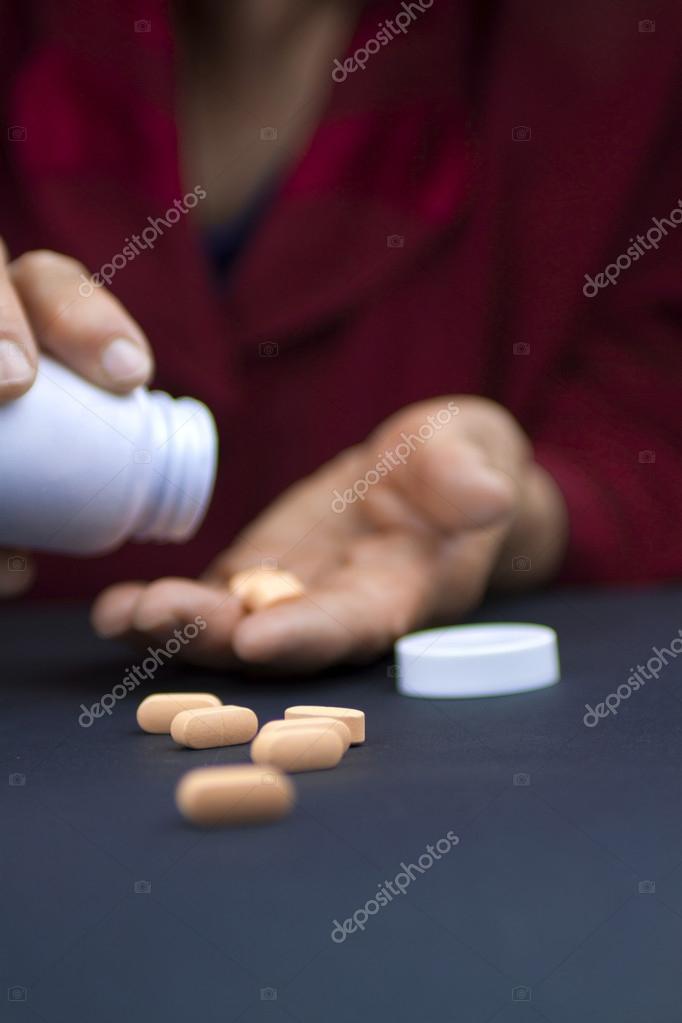 Руки женщины, деформируется от ревматоидного артрита, холдинг ...