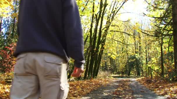 muž kráčí po polní cestě plné spadané listí v lese oregon