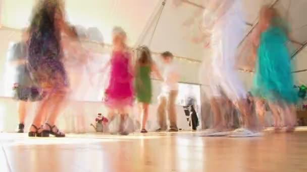 sok tánc esküvőn a táncparketten során recepció idő telik el