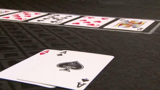 muži hrací karty v kasinu