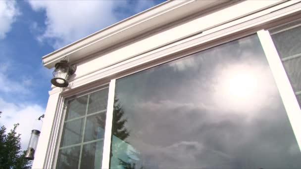 malý Bílý dům časová prodleva se mraky přejíždění slunečného dne, jak je uvedeno v okně