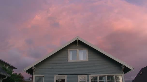 západ slunce nad dům s indikátory zapnutí, časová prodleva