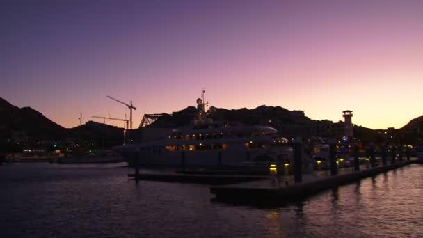Cabo san lucas, Mexiko, lodičky do centra přístavu s pelikány, létání a luxusní jachty