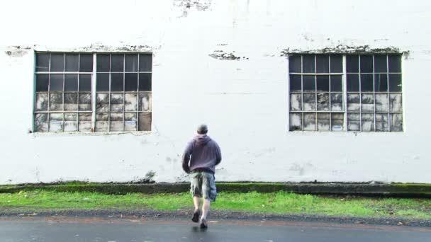 uomo con poteri super umani attraversa il muro di cemento e riappare