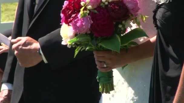 nevěsta a ženich, drželi se za ruce na jejich svatební den během obřadu.