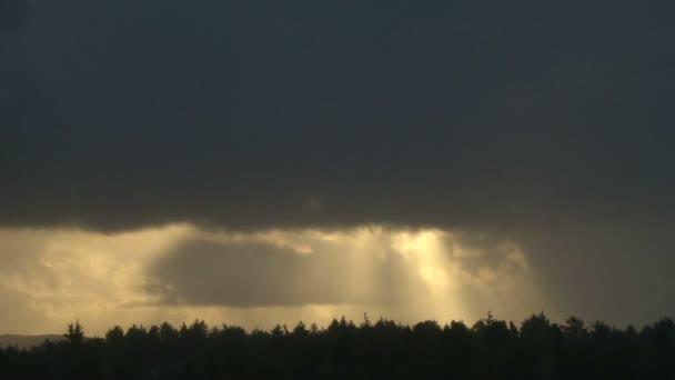 slunce v oblacích nad Les