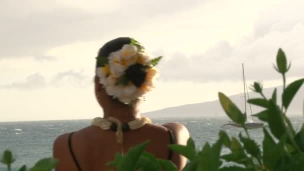 Mädchen tanzt einen traditionellen hawaiianische Tanz