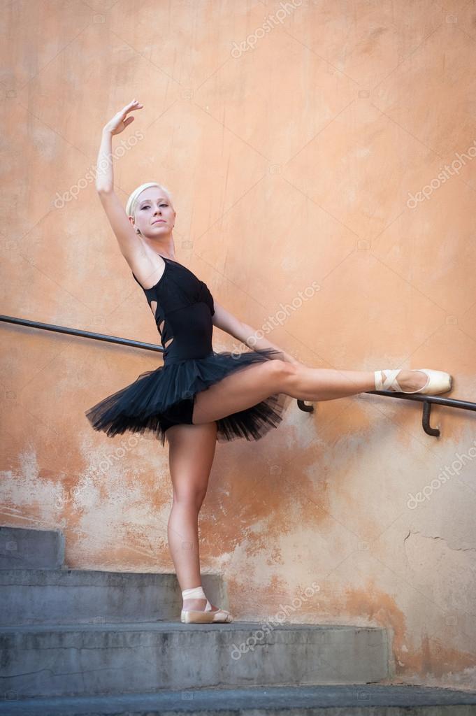 c56c9359c9be Unga vackra ballerina dans på trappan. ballerina proje — Stockfoto