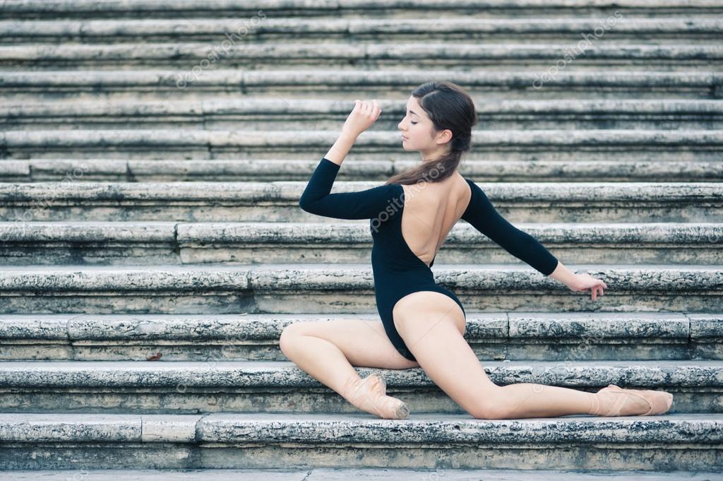 Joven hermosa bailarina posando en la Plaza de España en Roma — Fotos de  Stock 4c83d467717