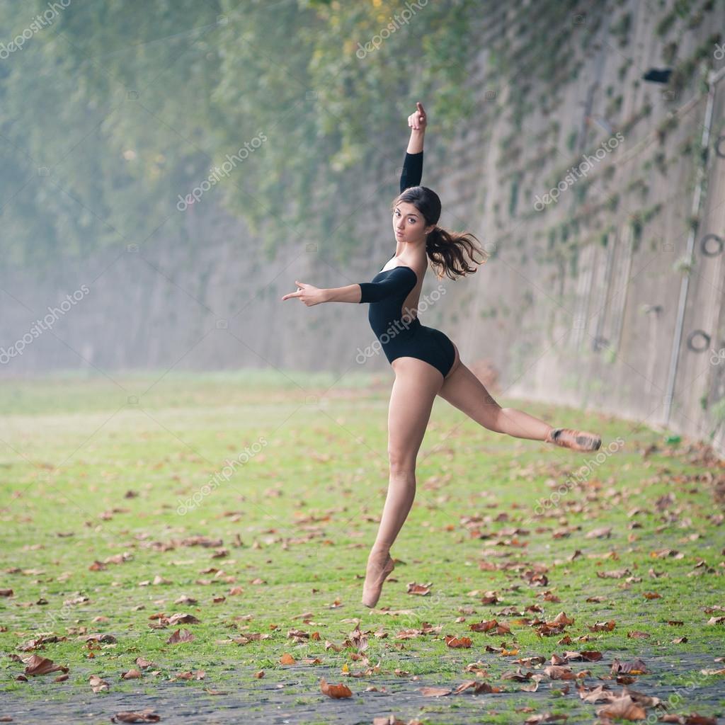b4f9a504dee6 Unga vackra ballerina dans i tevere riverside i Rom, Italien — Stockfoto