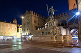 Photo Fountain of Neptune at night time in Bologna. Italy.