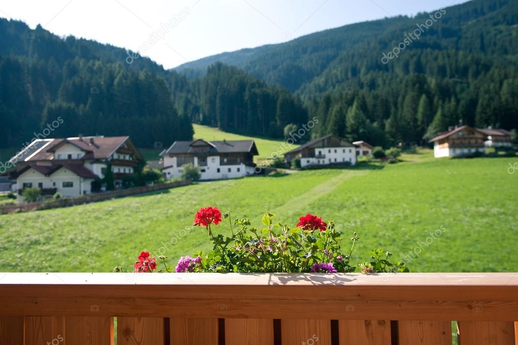 terrazza casa di montagna con fiori. Dolomiti, Italia — Foto Stock ...