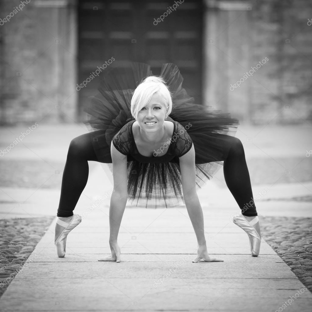 15674519c7d5 Unga vackra ballerina dans ute i gatan. svart och vitt — Stockfoto