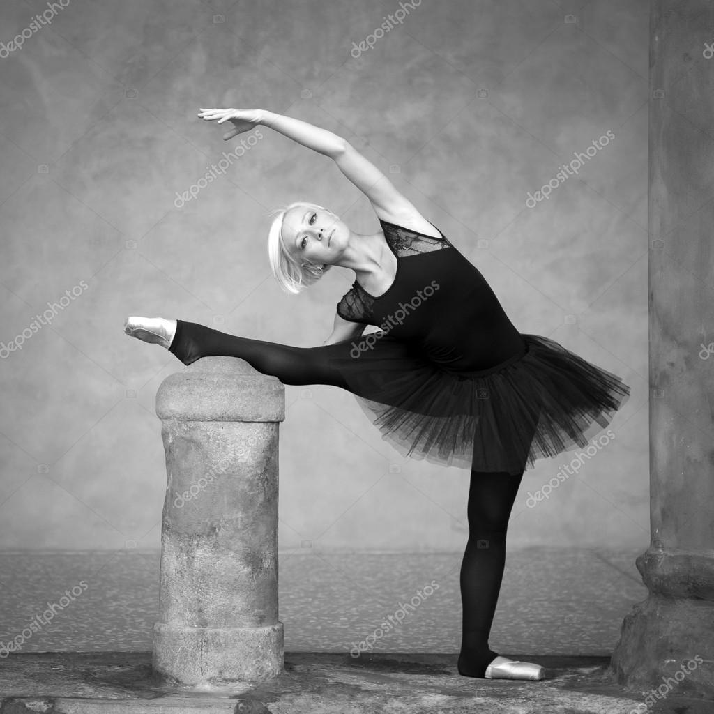 02dcaadfe196 unga vackra ballerina dans ute i gatan — Stockfotografi © pio3 #14581587