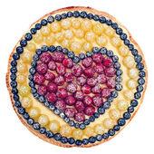 Gyümölcs torta elszigetelt fehér background. A szív által málna