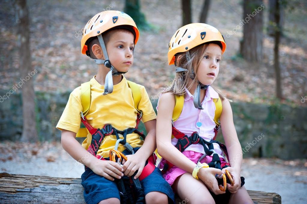 Kletterausrüstung Kinder : Jahre alten kinder mit kletterausrüstung u stockfoto pio