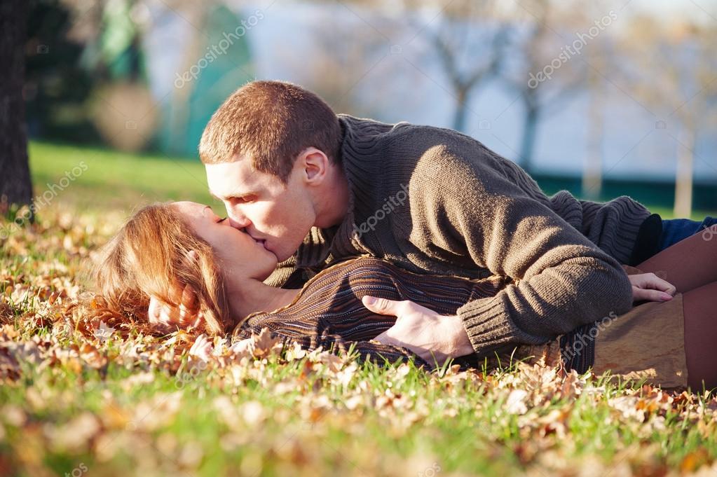 Beso gay al aire libre