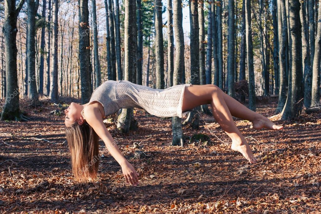 Schwebeporträt einer jungen Frau im Wald - Stockfotografie