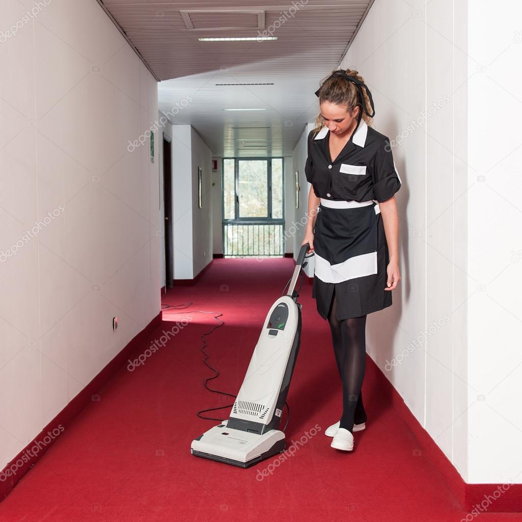 femme de femme de chambre dans un h tel avec aspirateur de nettoyage photographie pio3 18707973. Black Bedroom Furniture Sets. Home Design Ideas