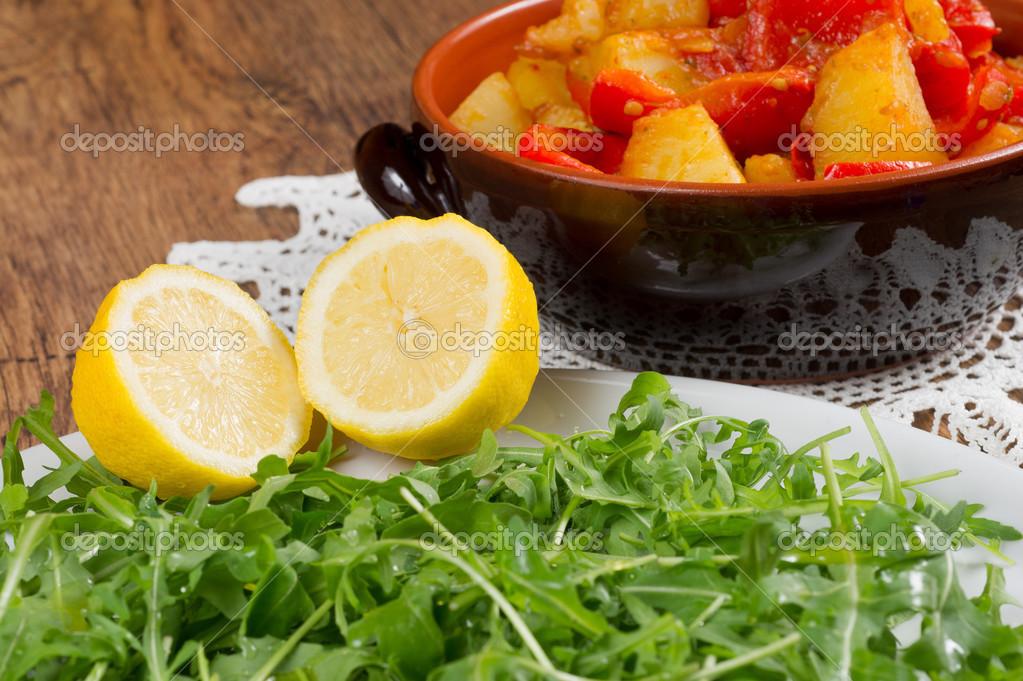 grren sald con rúcula y patatas foto de stock frinz 35300521