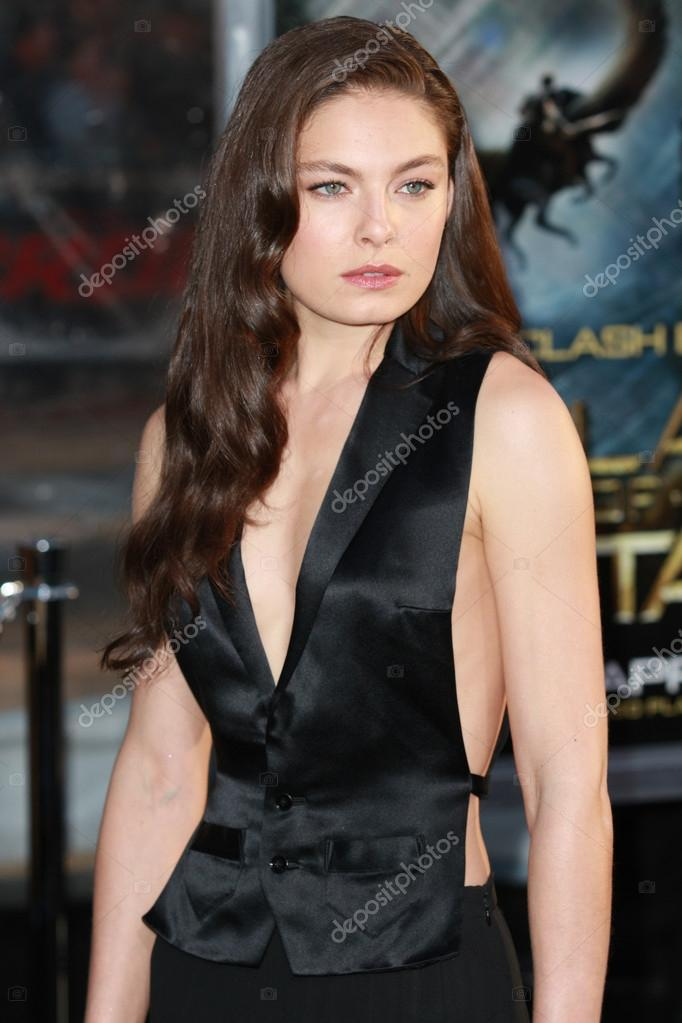 alexa davalos attends the clash of the titans premiere
