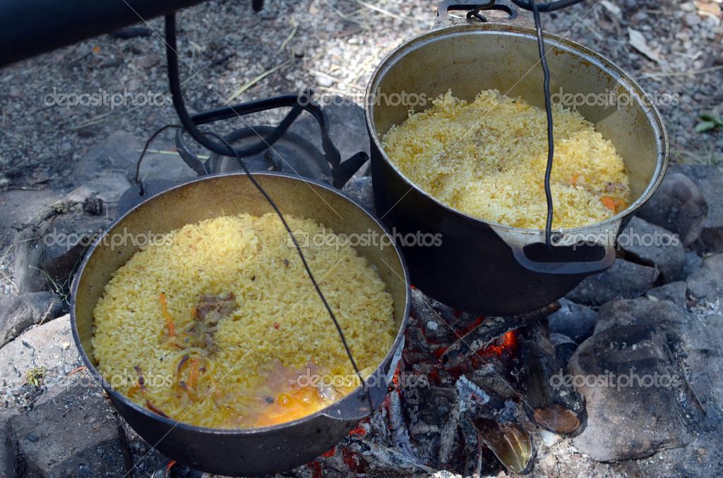 Pilaff cocina en grandes ollas de fuego fotos de stock mors74 14172963 - Cocina de fuego ...