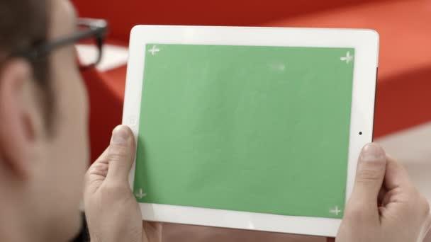 podnikatel pomocí digitálních tablet pc s zelenou obrazovkou pro internet a email