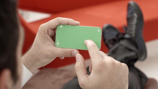 technologie a obchod, člověk smartphonu pomocí zeleným plátnem pro internet a email. sekvence