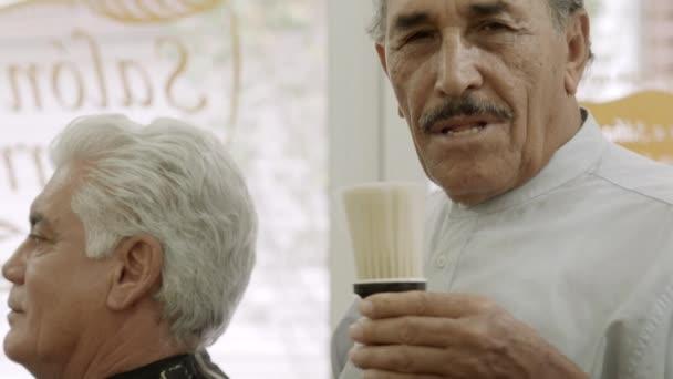 portrét starší muž pracuje jako holič v kadeřnictví