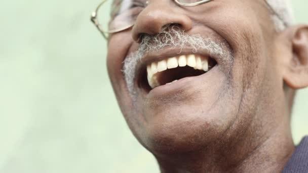 Starý černoch s brýlemi a úsměv knír