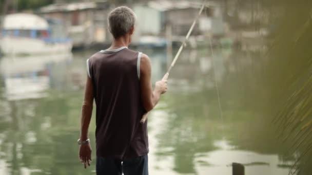 penzionovaný senioři, hobby a volnočasové aktivity, starý muž, rybaření u moře. Dolly zastřelil