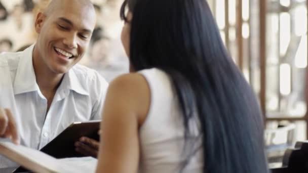 muž a žena, stravování v restauraci
