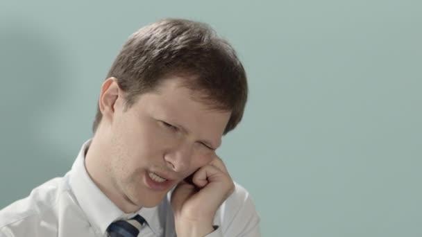Munkahelyi ásítás, a kimerült és fáradt üzletember