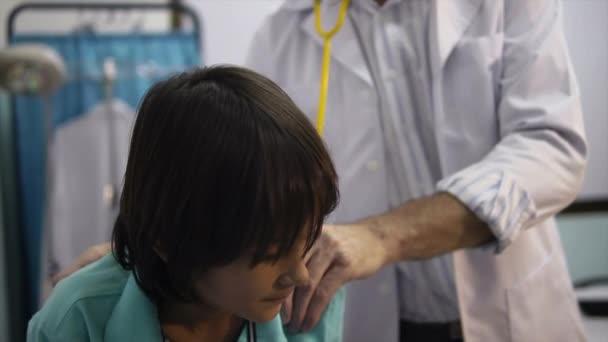 Arzt bei der Arbeit und der Besuch mit Stethoskop