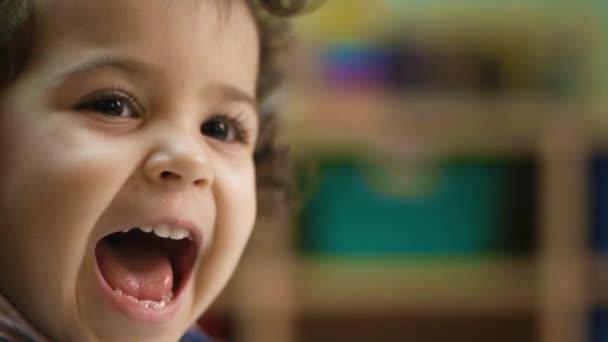 holčička smíchem, tleskání rukou a zábava ve školce