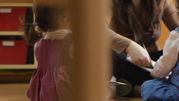 kniha čtení učitel dětem v mateřské školce
