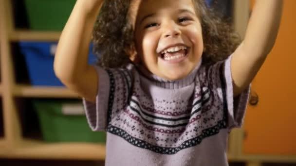 portréty dětí na škole, šťastné ženské dítě dělá výrazy obličeje