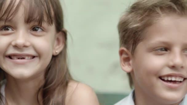 Skupina šťastných dětí s úsměvem