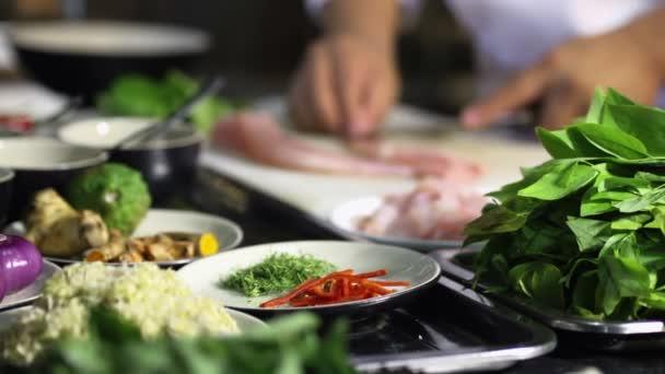 detail rukou kuchař vaření a přípravě asijských potravin