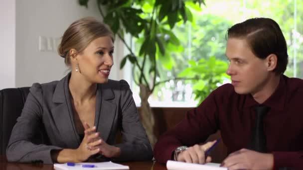 debata s mladými tajemník a podnikatel během obchodního jednání
