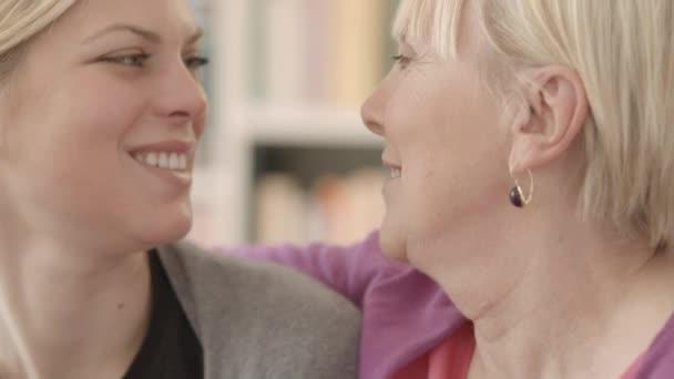 A boldog anya és lánya mosolyogva családi portré