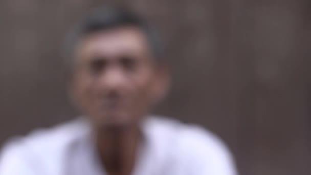 smutný a depresivní zralá asijská člověk při pohledu na fotoaparát
