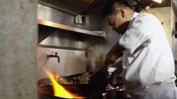 Cook práce a vaření dušenou rýží a zeleninou