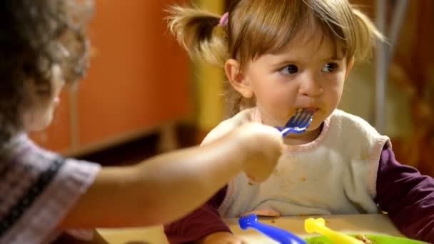 učitelek na fotoaparát a šťastné děti jíst oběd ve škole