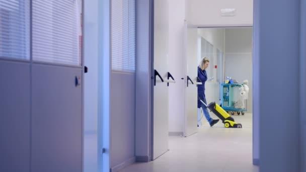 profesionální služebné, čištění a mytí podlahy s stroje