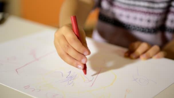 dvě šťastné malé holčičky kresba barvami a pastelky ve školce