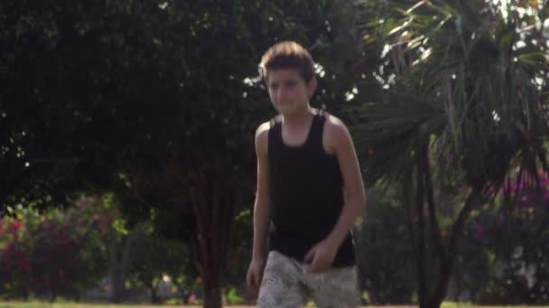děti hrají fotbal, tým mladých chlapců s fotbalovým míčem
