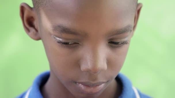 portrét smutné černý chlapec při pohledu na fotoaparát