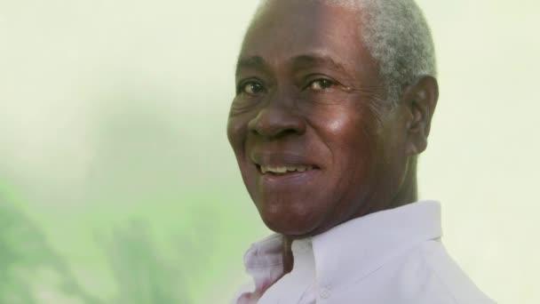 portrét starší černoch, při pohledu na fotoaparát a směje se